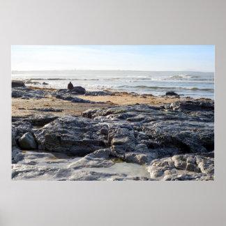 Poster homme solitaire marchant sur les roches