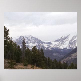 Poster La neige a couvert des montagnes, à travers la