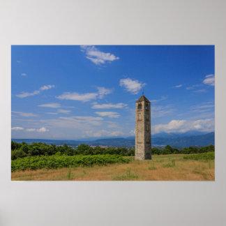 Poster La tour de cloche médiévale solitaire sur le