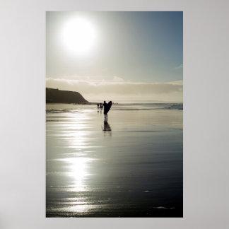 Poster le surfer et les gens silhouettent sur la plage