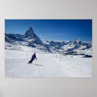 Poster Skiant avec Mt. Matterhorn dans Zermatt, la Suisse