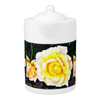 Pot de thé de rose jaune