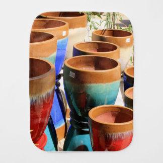 Pots colorés de plante de jardin linge de bébé