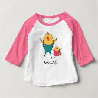 Poussins heureux. T-shirts de bébé de cadeau de