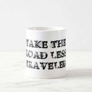 Prenez la route moins a voyagé tasse
