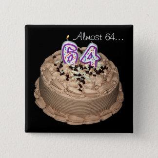 Presque 64… soixante-quatrième Bouton de gâteau de Badge Carré 5 Cm