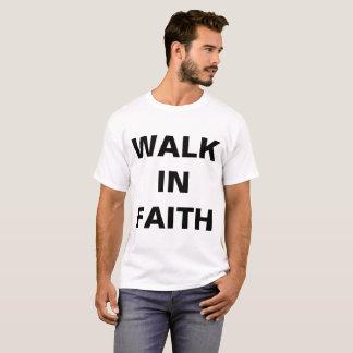 """""""Promenade le T-shirt des hommes dans foi"""""""