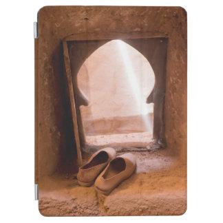 Protection iPad Air Chaussures marocaines à la fenêtre