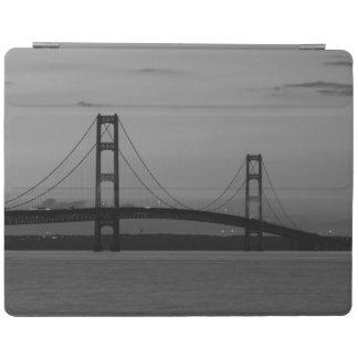 Protection iPad Pont de Mackinac à la gamme de gris de crépuscule