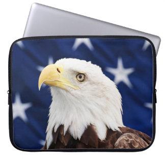 Protection Pour Ordinateur Portable Portrait d'un aigle chauve avec le drapeau