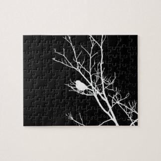 Puzzle Blanc sur la silhouette noire d'oiseau -