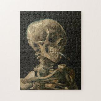 Puzzle Crâne squelettique avec la cigarette brûlante par
