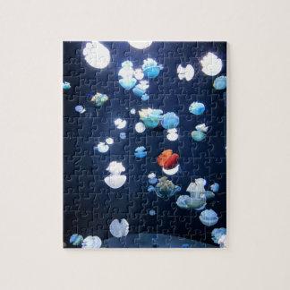 Puzzle de monogramme de méduses d'arc-en-ciel