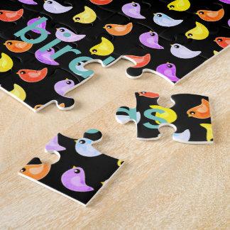 Puzzle denteux de motif coloré lumineux d'oiseaux