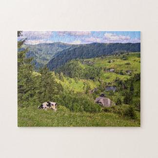 Puzzle Prés verts et une vache avec la vue de panorama