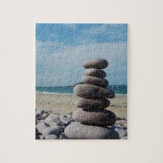 Puzzle Sculpture en caillou sur une plage