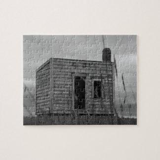 Puzzle vieille cabane de colons sur la colline en noir et
