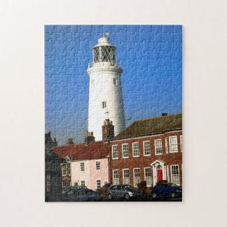 Puzzle vieux phare traditionnel dans la ville côtière