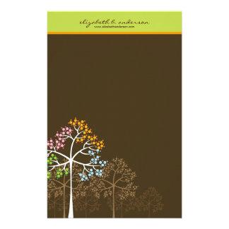 Quatre arbres de saisons sur la papeterie de carte