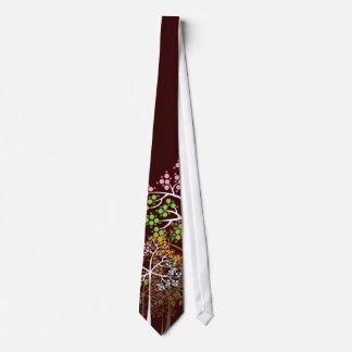 Quatre arbres lunatiques de saisons sur la cravate