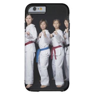 Quatre jeunes femmes se tenant en position de coque tough iPhone 6
