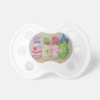 Quatre petits bébés : Sculptures en argile de poly Sucette Pour Bébé