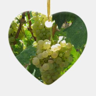 Raisins blancs dans un vignoble ornement cœur en céramique