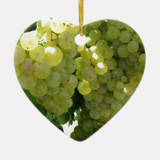 Raisins blancs dans un vignoble sur l'arrière - ornement cœur en céramique