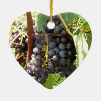 Raisins rouges dans un vignoble ornement cœur en céramique
