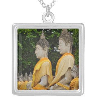 Rangée des statues de Bouddha, chaya Mongkol de Collier