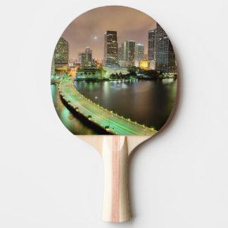 Raquette De Ping Pong Avances de pont à travers la voie d'eau vers Miami