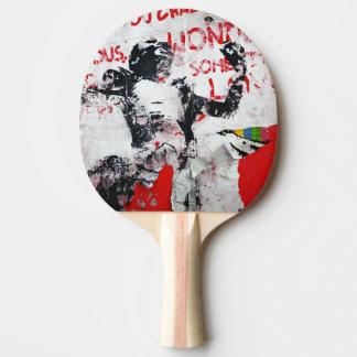 Raquette De Ping Pong Graffiti rouge et blanc fané avec le pochoir