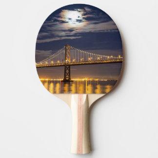 Raquette De Ping Pong La lever de la lune ce soir au-dessus du pont de