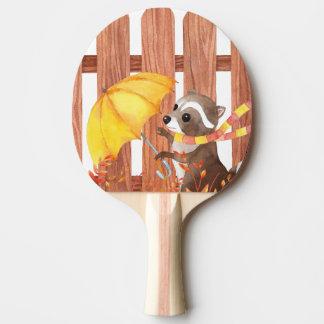 Raquette Tennis De Table racoon avec le parapluie marchant par la barrière