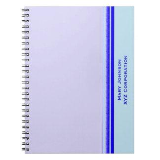 Rayure bleue lumineuse sur des affaires carnet