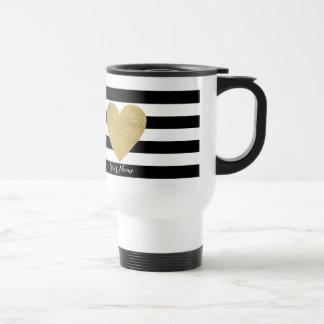 Rayures noires et blanches avec le coeur de mug de voyage