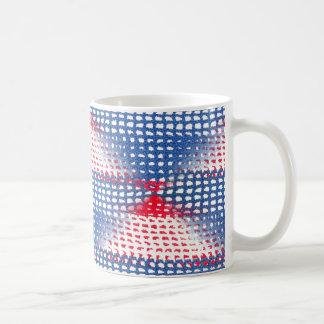 Regard à crochet blanc et bleu rouge sur la tasse