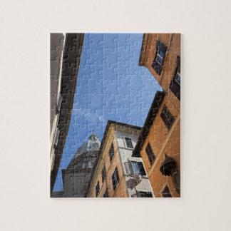 regarder les bâtiments coloré peints et puzzle