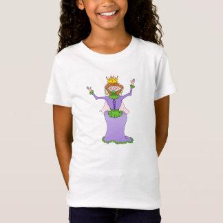 Reine dans le T-shirt pourpre de robe