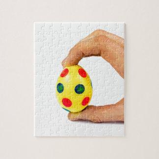 Remettez l'oeuf de pâques jaune peint par puzzle