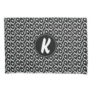 Remous noirs et blancs avec le monogramme fait sur housse d'oreillers