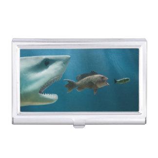 Requin chassant le bar de mer chassant le jeune étuis pour cartes de visite