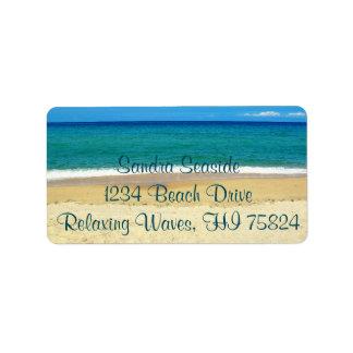 Ressacs bleus et étiquettes de adresse d'une plage