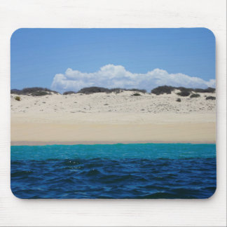 Ressacs sur la plage sablonneuse sous le ciel bleu tapis de souris