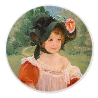 """Ressort : Margot se tenant dans un jardin"""