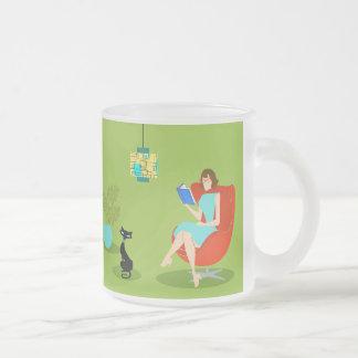 Rétro tasse en verre givré de femme de lecture