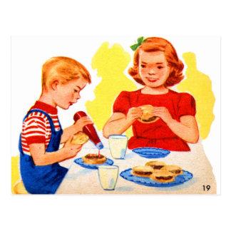 Rétros enfants vintages de kitsch mangeant carte postale