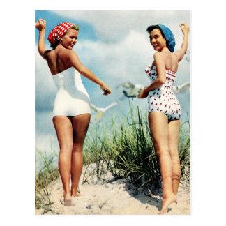 Rétros filles surfantes vintages de plage des carte postale