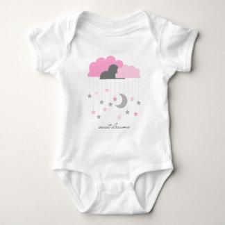 Rêves doux roses et combinaison grise de bébé body