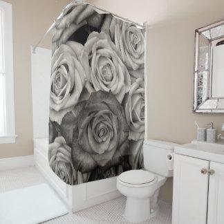 Rideau en douche noir de roses blancs